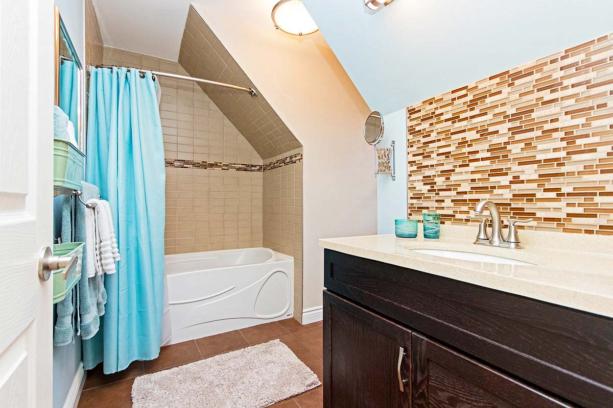 Guest bathroom in Maple House, Burlington furnished rental
