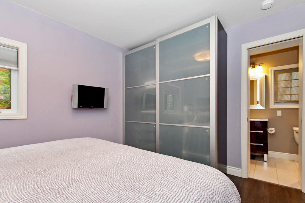 Master bedroom in Bellview Cottage, Bellview Street, Burlington furnished rental