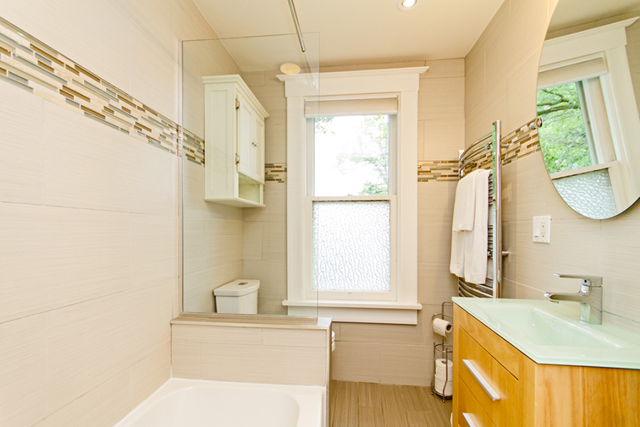 Bathroom in Emerson House, Caroline St, Burlington, Ontario furnished rental